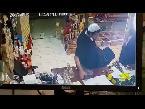 العرب اليوم - بالفيديو  لحظة سرقة هاتف من محل عطور في السعودية
