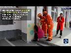 فلسطين اليوم - شاهد فتاة تحشر رأسها بين جدارين في ملعب مدرسة