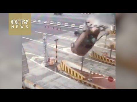 فلسطين اليوم - بالفيديو سائق يصطدم بحاجز اسمنتي فيطير بزاوية 360 درجة
