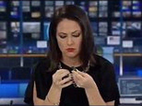 فلسطين اليوم - شاهد رد فعل غريب لمذيعة تعرضت لموقف محرج على الهواء