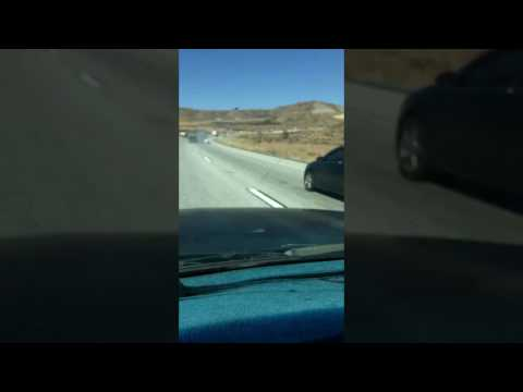 فلسطين اليوم - شاهد لحظة جر سائق شاحنة ضخمة سيارة اصطدم بها على طريق سريع