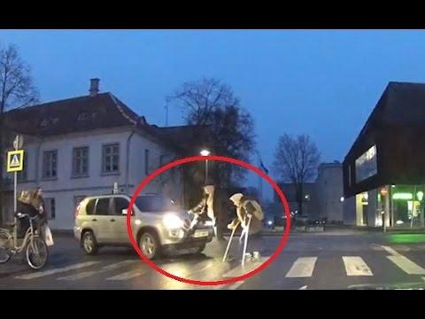 فلسطين اليوم - شاهد محاولة رجل مساعدة امرأة مسنة عبور الطريق انتهت بكارثة