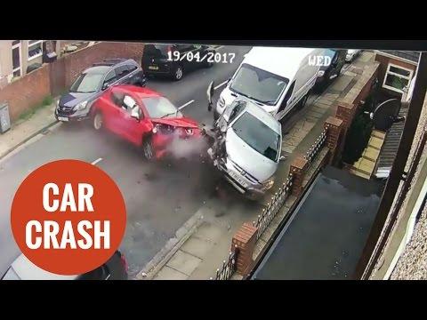 فلسطين اليوم - شاهد سيارة مسرعة تصطدم بـ4 سيارات