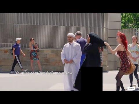 فلسطين اليوم - شاهد مواطنة أجنبية تسحب الحجاب عن امراة عربية أمام زوجها