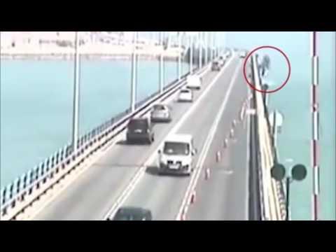 فلسطين اليوم - شاهد كاميرا مراقبة ترصد لحظة سقوط شاحنة من أعلى جسر