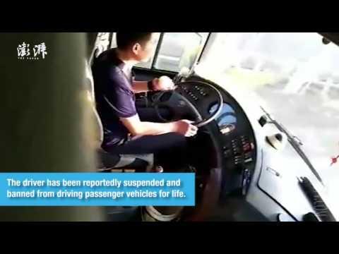 فلسطين اليوم - شاهد سائق أتوبيس يقشر تفاحة أثناء القيادة
