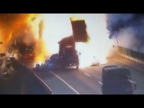فلسطين اليوم - شاهد اصطدام سيارة بمقطورة متوقّفة يتسبّب في انفجار هائل