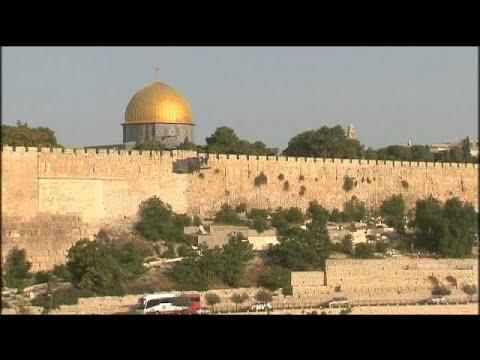 فلسطين اليوم - شاهد الفلسطينيون يرفضون البوابات الإلكترونية في القدس