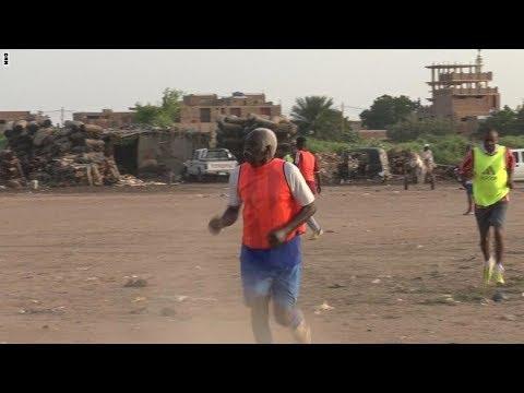 فلسطين اليوم - شاهد العم محمد السوداني 85 عاما ومازال يلعب كرة القدم