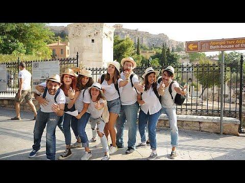 فلسطين اليوم - شاهد فرقة ممثلين شباب يؤدون مسرحيات قصيرة خارج الآثار الشهيرة في أثينا