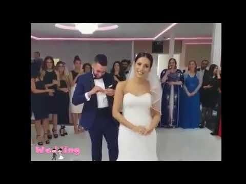 فلسطين اليوم - عروس تسخر من عريسها لارتباكه أثناء تلبيسها الشبكة