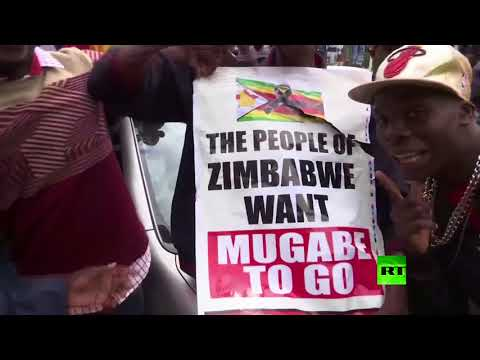 شاهد آلاف الزيمبابويين يخرجون إلى الشوارع للاحتفال بتنحية موغابي