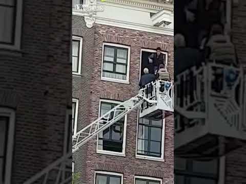 شاب يغافل رجال إنقاذ بالقفز من شرفة محاولا الانتحار