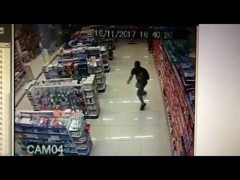 شاهد شرطي برازيلي يواجه لصوص مسلحين وهو يحمل طفلًا على ذراعه