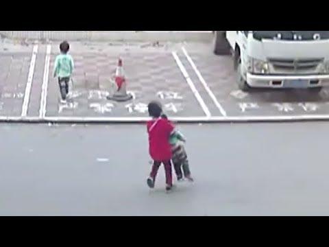 «شهامة» طفل تحرج المارة وكاميرات المراقبة تفضح الجميع
