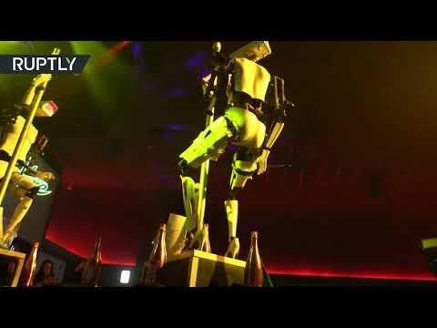 روبوتان يرقصان التعري في ناد ليلي أمريكي