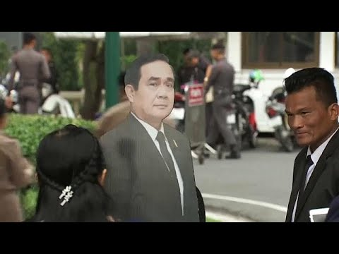 شاهد رئيس الوزراء التايلاندي  برايوث تشان أوتشا يسخر من الصحافيين