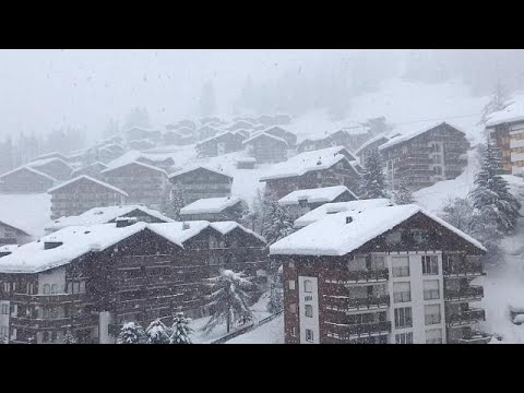 شاهد آلاف السائحين يغادرون محطة للتزلج كانوا عالقين فيها