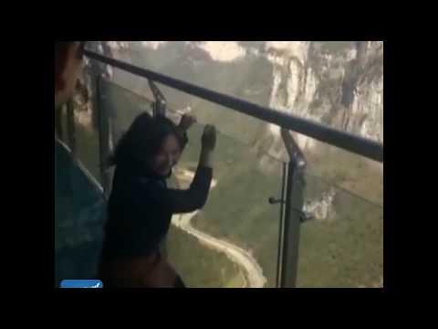 شاهد لحظة سحب سائحة مذعورة فوق جسر زجاجي