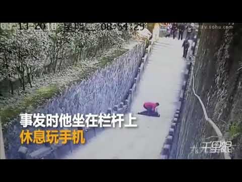 شاهد وفاة سائح سقط من أعلى درج أثناء انشغاله بهاتفه