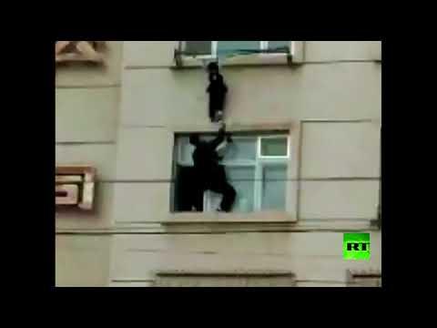 شاهد لحظة إنقاذ طفلة علقت بشرفة منزلها في الطابق الخامس