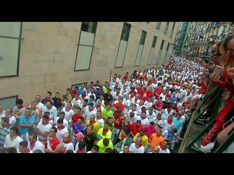 شاهد مهرجان بامبلونا الإسباني ينطلق بسباق للثيران