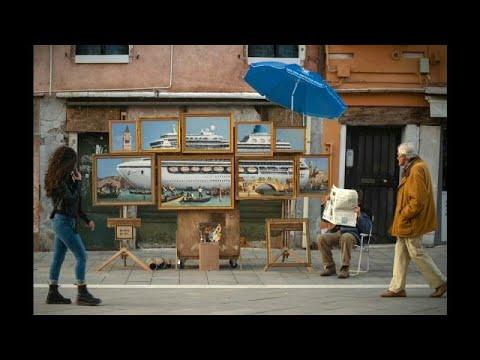 الفنان البريطاني بانسكي يكشف عن عمل فني جديد بـالبندقية الإيطالية