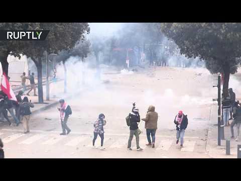 شاهد الأمن اللبناني يستخدم الغاز المسيل للدموع وخراطيم المياه لتفريق المحتجين في بيروت