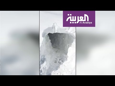 عراقيون يحفرون أنفاقا في الثلوج للوصول إلى منازلهم
