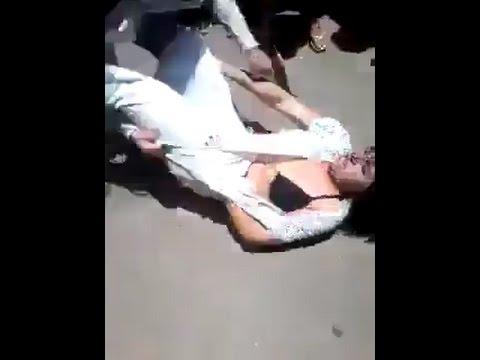 شاهد بالفيديو خناقة بنات وتقطيع ملابس