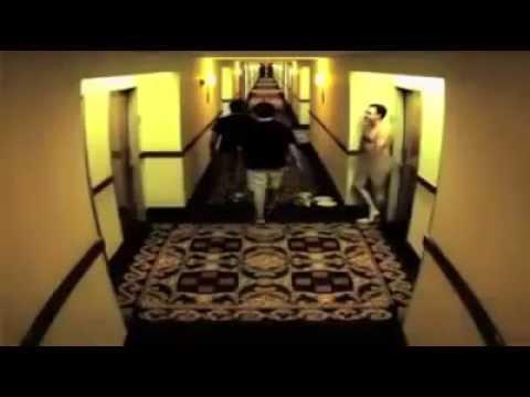 رجل يسير عاريًّا في بهو أحد الفنادق