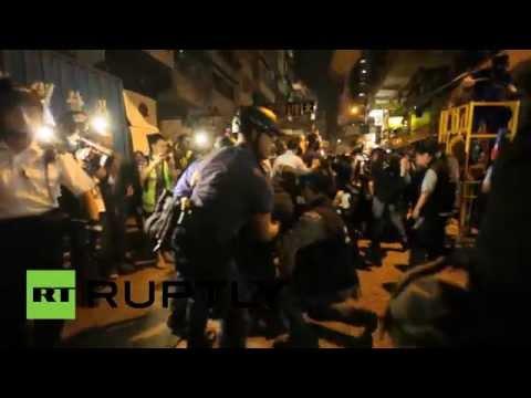 قوات الشرطة في هونغ كونغ توقِّف 80 شخصًا