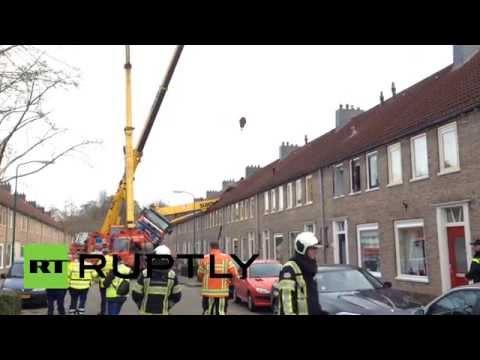 رافعة بناء تقع على منزل بالقرب من أوترخت في هولندا
