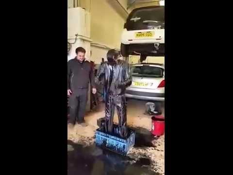 ميكانيكي يخوض تجربة دلو الثلج على طريقته الخاصة