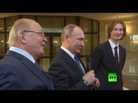 العرب اليوم - بالفيديو الرئيس بوتين يغني إلى طلبة جامعة موسكو الحكومية