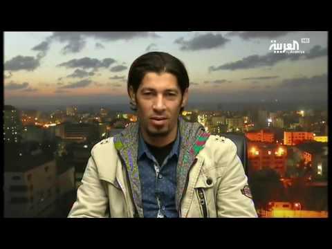 العرب اليوم - حلاق في غزة يصفف شعر زبائنه بالنار