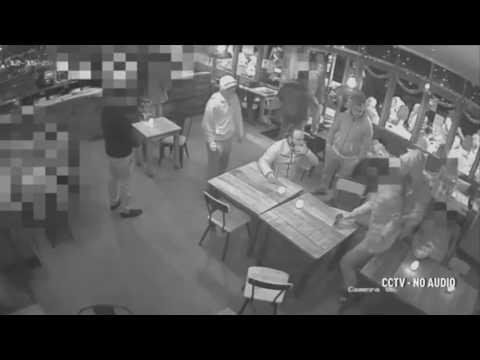 العرب اليوم - شاهد لقطات مروعة لاختطاف شاب من حانة مزدحمة