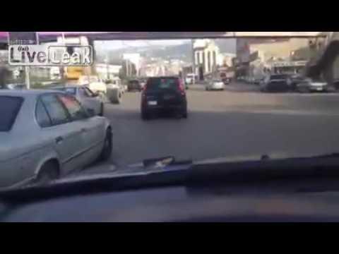 العرب اليوم - شاهد إطاران شاردان يزاحمان السيارات على طريق سريع