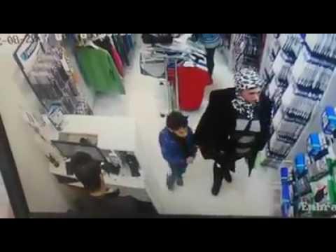 العرب اليوم - شاهد إمرأة أنيقة تستعين بطفل لسرقة محل في الجيزة