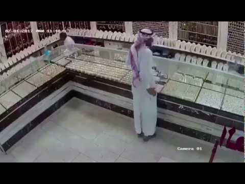 العرب اليوم - شاهد لص يغافل بائعًا ويسرق محل ذهب