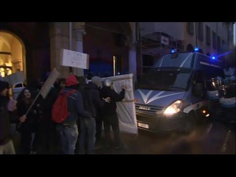 فلسطين اليوم - بالفيديو  احتجاج طلبة الجامعات لمنعهم من دخول المكتبة في إيطاليا