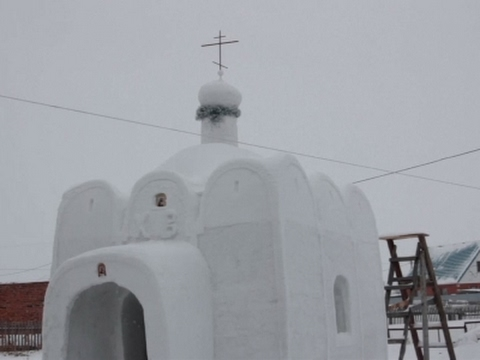 العرب اليوم - بناء كنيسة  ضخمة من الثلج في مدينة سيبيريا الروسية