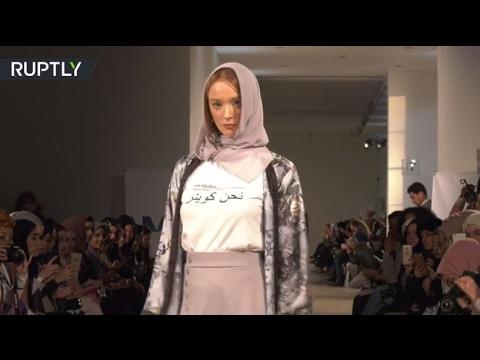 العرب اليوم - بالفيديو عرض أزياء بمسحة تقليدية في أسبوع الموضة في لندن