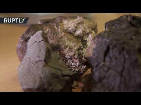 العرب اليوم - بالفيديو  العثور على بقايا نيازك في صحراء لوط عمرها 45 مليار عام