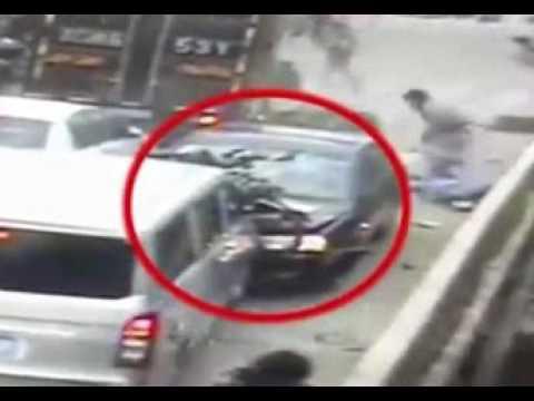 فلسطين اليوم - بالفيديو حادث مروّع بسبب سعال مفاجئ لسائق سيّارة