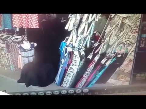 فلسطين اليوم - بالفيديو امرأة تسرق عباءة فاخرة من محل كبيرة أمام المارة