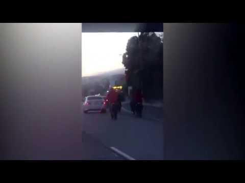 فلسطين اليوم - بالفيديو عصابة دراجات نارية تحاصر سيارة على الطريق