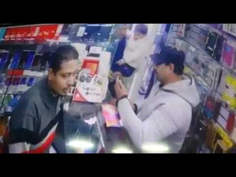 فلسطين اليوم - بالفيديو رجل يستخدم طريقة غريبة وماكرة ليسرق هاتفًا
