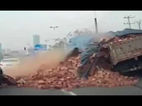 فلسطين اليوم - بالفيديو حمولة طوب أحمر تدفن سيارة كبيرة على طريق عام