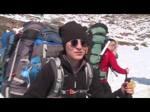 فلسطين اليوم - شاهد رحلة تسلق وسط الثلوج لقمة جبل هلكورد بين العراق وإيران